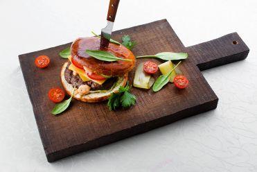 Фирменный бургер с говяжьей котлетой