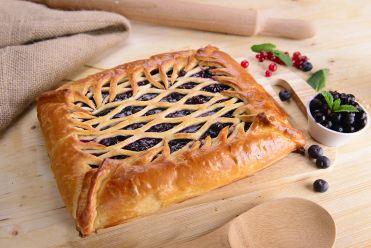 постный пирог с черной смородиной